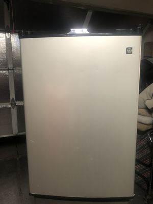 GE mini fridge excellent condition works perfect for Sale in Henderson, NV
