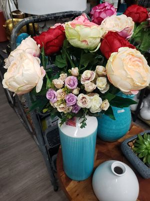 vase and flowers for Sale in Los Angeles, CA