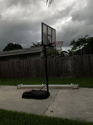 Lifetime basketball hoop like brand new for Sale in Pinecrest, FL