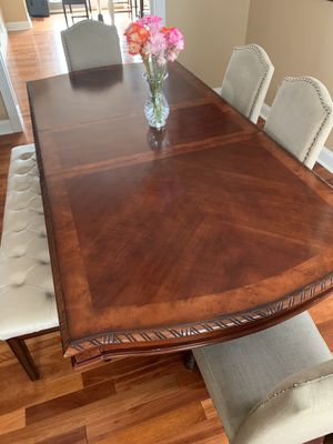 Dining room table - has 2 leafs to extend the table from 6 feet long to 9 feet long for Sale in South Harrison Township, NJ