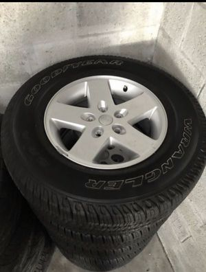 Set of 5 2016-2019 Jeep Wrangler Rubicon Sahara OEM LIKE NEW Wheels and Tires for Sale in Miami, FL