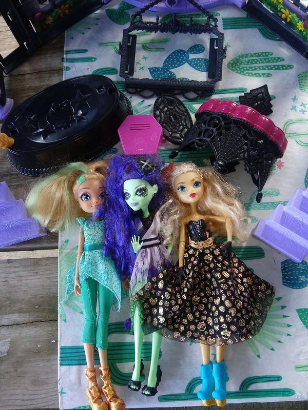 Monster High High school house + 3 dolls w/accessories
