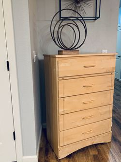 "Solid Wood 5 Drawer Chest !!! 17"" D 31"" W 47"" H for Sale in Vancouver,  WA"