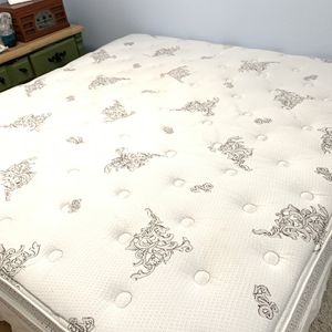 *FREE* Wescott Pillow Top King Size Bed Mattress for Sale in Kent, WA