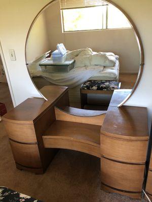 Fabulous Bedroom Set w/round mirror dresser for Sale in Marina del Rey, CA