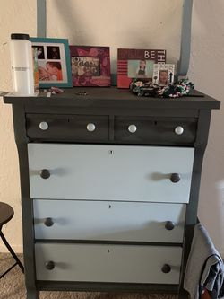 5 Drawer Dresser Very Sturdy And Solid for Sale in Salem,  OR