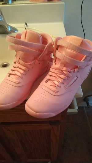 Baby pink reebok 8 in women's for Sale in Phoenix, AZ