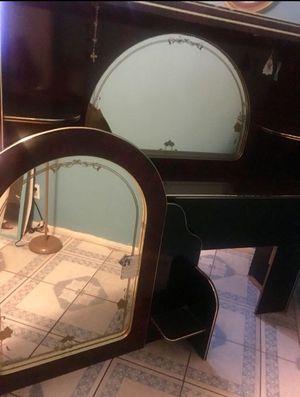Recamara Queen 5pzs buenas condiciones guindo con negro! for Sale in Phoenix, AZ