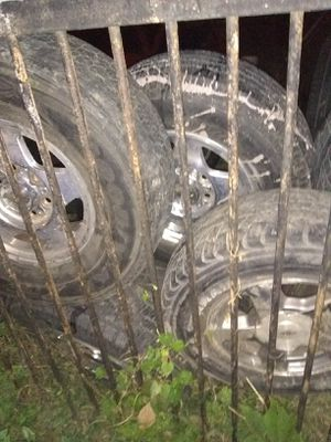 99 00 z71 Tahoe 6 lug only 1 tire. Good 2657516 for Sale in St. Louis, MO