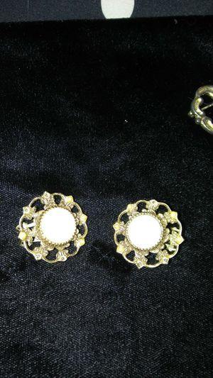 Vintage clip on earrings for Sale in Gaston, SC
