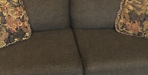 Couch W Ottoman for Sale in South Lyon,  MI