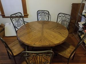 Dining room table and chairs (with leaf) for Sale in Columbus, OH