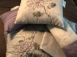 King size comforter (2 pillow shams and 3 decorative pillow) for Sale in Hamburg, NY