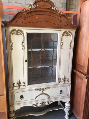 Antique curio cabinet for Sale in Lakewood, CA