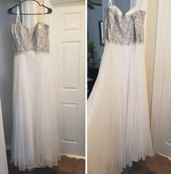 White Formal Dress Can Fit Woman Size 16 To 20 for Sale in Lawrenceville,  GA