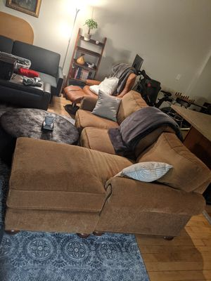 Sectional couch (7' wide) with chaisse lounge (5.5' deep). for Sale in Cleveland, OH