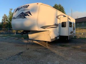 2005 Fifth wheel triple axle raptor super slide toy hauler everything you need in a trailer for Sale in Puyallup, WA