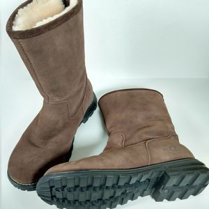 UGG womens outdoor lug sole boots brown suede 9 for Sale in Smyrna, GA