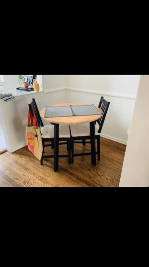 Small breakfast/dining table w/chairs for Sale in Los Angeles, CA