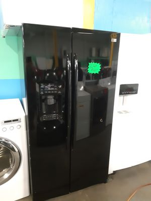GE 36IN. SIDE BY SIDE DOORS FRIDGE WORKING PERFECTLY WITH 4 MONTHS WARRANTY for Sale in Baltimore, MD