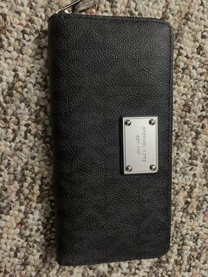 Michael kors wallet for Sale in Spring Hill, FL