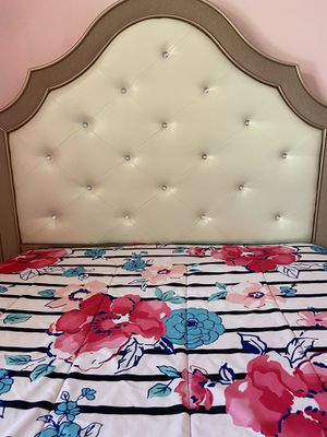 Rose Gold Queen bedroom set for Sale in St. Louis, MO