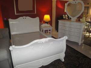 Disney Princess 4 PC bedroom set (full sleigh bed) in LIKE NEW CONDITION, no scratches, no dents, no stains. Delivery available. for Sale in Miramar, FL
