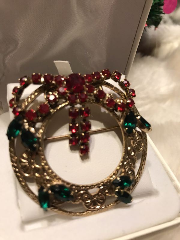 Gorgeous!!! Gold wreath pin with Crystals!!!