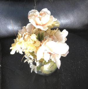 Vase and flowers for Sale in Hesperia, CA