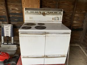 1950s GE vintage stove. Needs some love but could be a beauty. for Sale in Cleveland, OH