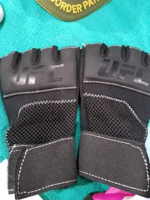UFC gloves s/m for Sale in Mercedes, TX