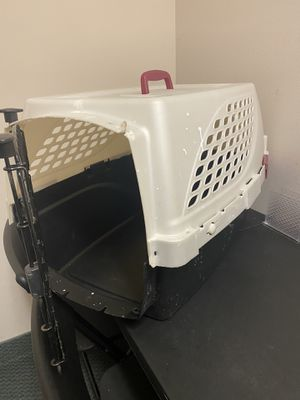 "Plastic dog kennel 28""L for Sale in Orlando, FL"