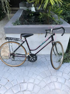 Women's road bike in great condition for Sale in Miami, FL