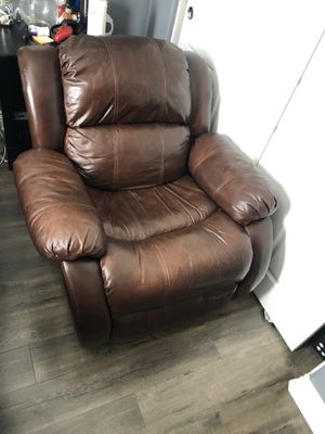 Brown leather recliner in good condition for Sale in Moreno Valley, CA