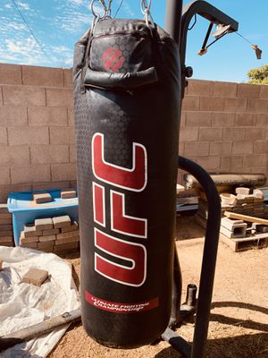 100 lbs. Punching bag W/ Stand for Sale in Chandler, AZ