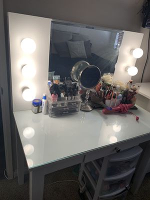 Vanity Mirror, Drawer, Hollywood lights. Makeup Slaystation. Glass top for easy cleanup. for Sale in Imperial Beach, CA