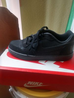 Black Nike tennis shoes size 5 girls or women's girls for Sale in North Las Vegas, NV