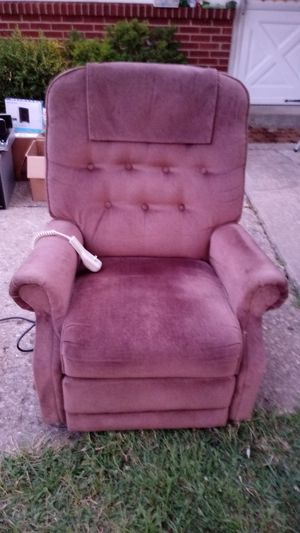 Chocolate Brown Lift and Reclining Chair for Sale in Reynoldsburg, OH