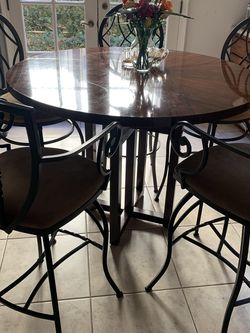 Round Breakfast Table With Chairs for Sale in Los Angeles,  CA