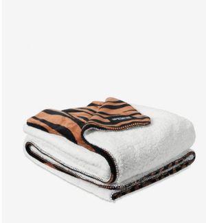New Victoria's Secret soft Sherpa blanket 60 x 72 for Sale in Huntington Park, CA