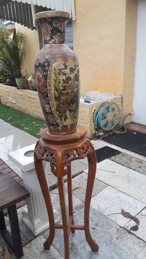 Bucaro de arte chino con pedestal. for Sale in Miami, FL