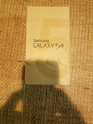 Samsung Galaxy s5 unlocked white for Sale in Gaithersburg, MD