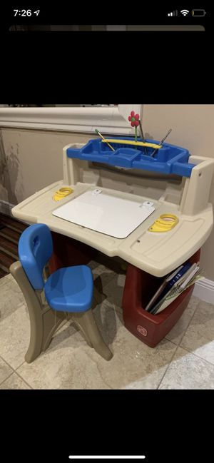 Like new kids desk no scuffs or paint for Sale in Opa-locka, FL