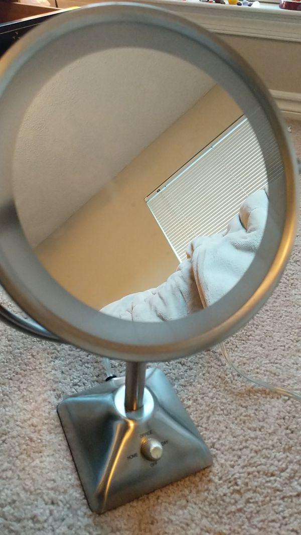Vanity light makeup mirror