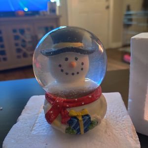 Small snow globe and picture frame from khols for Sale in Raleigh, NC