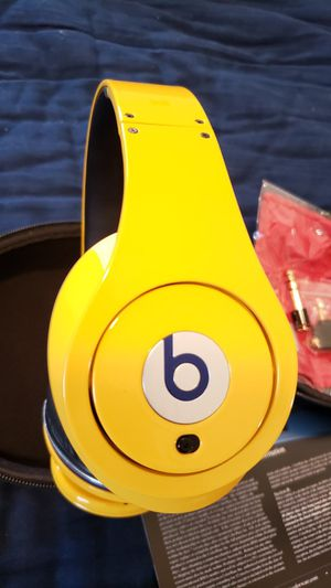 NEW STUDIO EDITION BEATS BY DRE 1ST GENERATION YELLOW RARE/UNUSED for Sale in Long Beach, CA