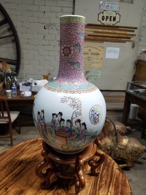 Chinese porcelain vase 23 in with the stand for Sale in Glendale, CA