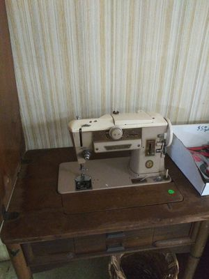 Singer sewing machine for Sale in Frostproof, FL
