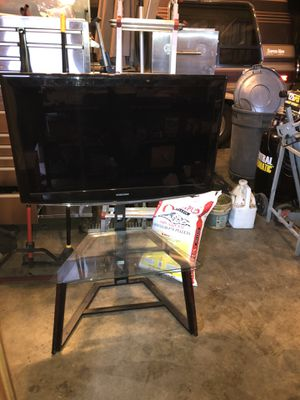 Samsung 40 Inch TV and Stand for Sale in Edgewood, WA