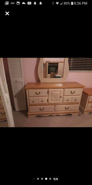 Dresser with mirror for Sale in LXHTCHEE GRVS, FL